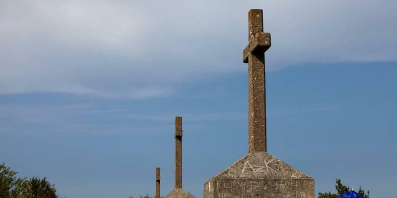 Santenay, Las tres cruces