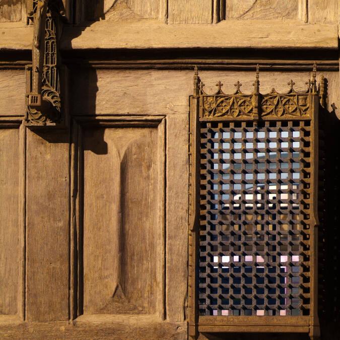 Hospicios de Beaune, Puerta de entrada y aldaba.